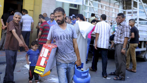 Our partner CRS distributes emergency supplies in Gaza. Photo by Shareef Sarhan / Catholic Relief Services